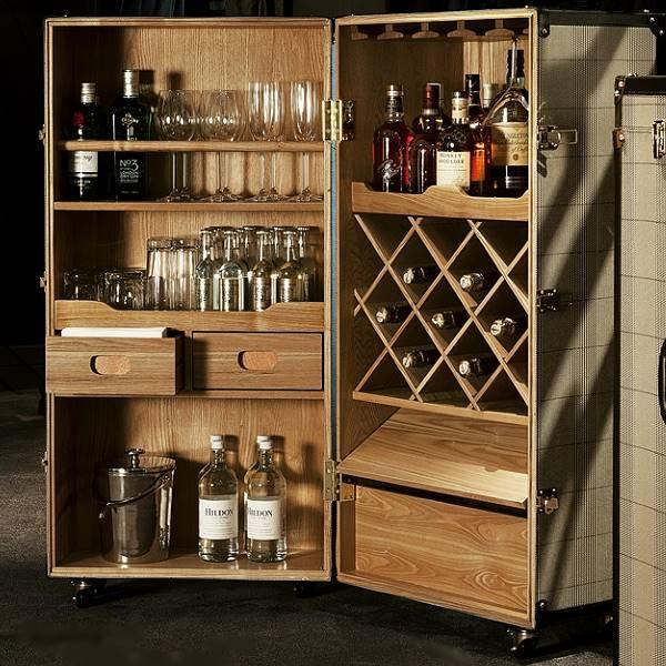 ProPassione Eichholtz Koffer-Bar Martini Bianco, Rollen, Messing Finish, schwarzes Trimming, H 122 x B 88 x T 88 cm