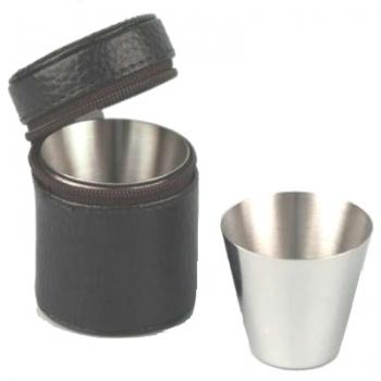 Ensemble de gobelets dans un étui en cuir noir avec fermeture éclair, 4 gobelets en acier inoxydable satiné, 20 ml, dimensions : h 5 x Ø 4 / 3 cm