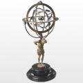 Armillarsphäre mit Atlasfigur, bronzierte Sphärenringe, teilweise verchromt, Marmorfuß, Maße: H 56 x  D 25,5 cm