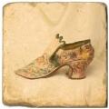 Marmorfliese, Motiv: Chaussures A,  Antikfinish,  Aufhängeöse, Antirutschfüßchen, Maße: L 20 x B 20 x H 1 cm
